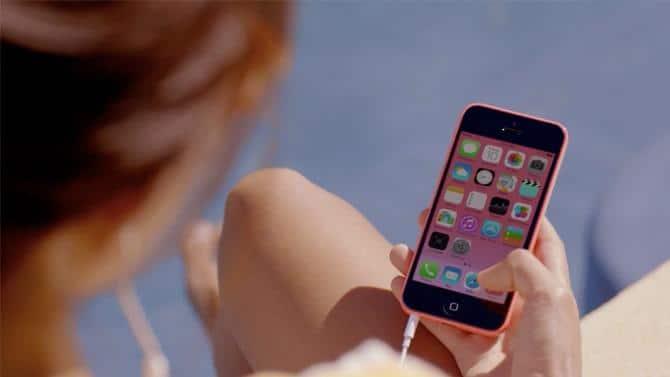 menggunakan iPhone saat di charge